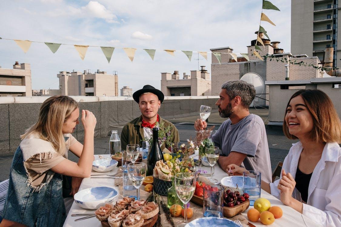 açık hava, akşam yemegi partisi, Arkadaşlar içeren Ücretsiz stok fotoğraf