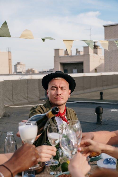 açık hava, akşam yemegi partisi, alkol, alkollü içecek içeren Ücretsiz stok fotoğraf