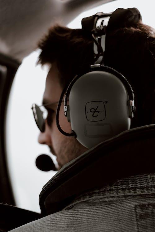 Foto d'estoc gratuïta de adult, aparença, auriculars, avió