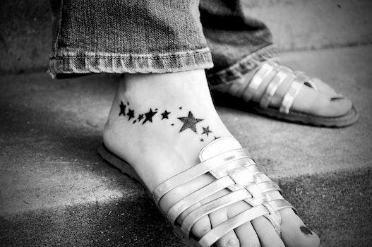 Kostenloses Stock Foto zu schwarz und weiß, füße, fuß, sterne