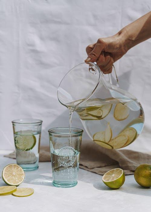 Jarra De Vidrio Con Agua Y Cal