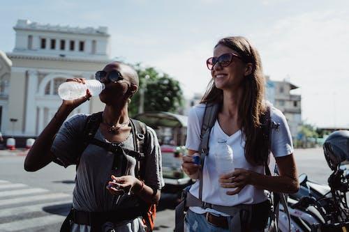 Foto profissional grátis de afro-americano, água potável, alegre