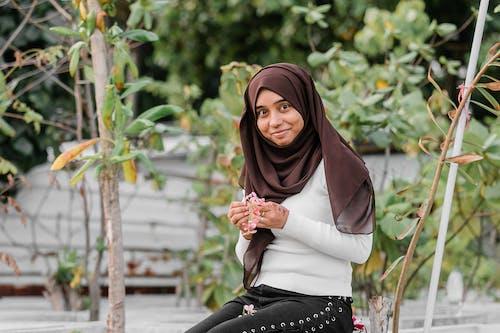 Kostnadsfri bild av blad, flicka, gata, ha på sig