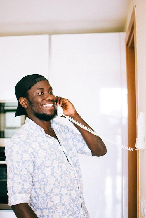 Kostenloses Stock Foto zu afroamerikanischer mann, aussehen, chillen