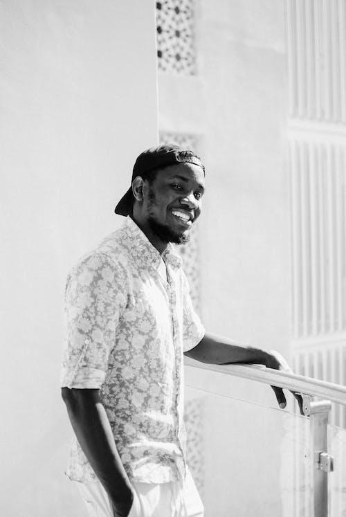 Безкоштовне стокове фото на тему «bw, toothy smile, афроамериканський чоловік»