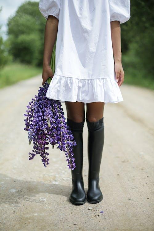 Бесплатное стоковое фото с Анонимный, безликий, белое платье, букет