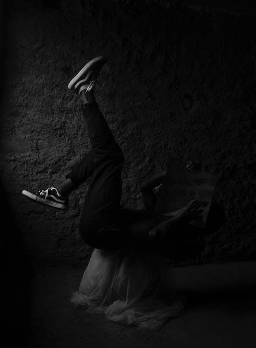 คลังภาพถ่ายฟรี ของ กระจกสีดำ, ชายอายุ 20-25 ปี, รองเท้าผ้าใบ, เด็กชายแอฟริกา