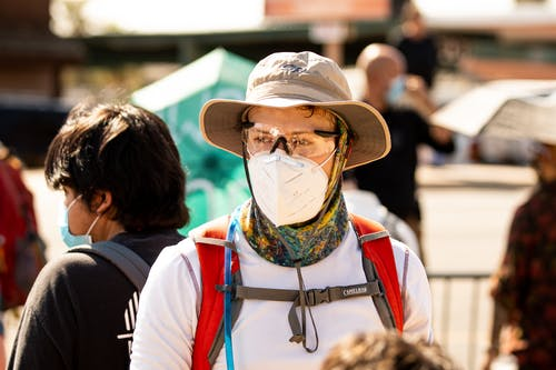 Kostenloses Stock Foto zu friedlicher protest, gesichtsmaske, gruppe von leuten, helfende hände