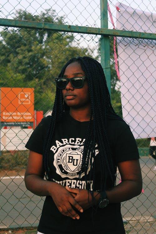 Gratis stockfoto met aanschouwen, Afro-Amerikaanse vrouw, andere kant op kijken