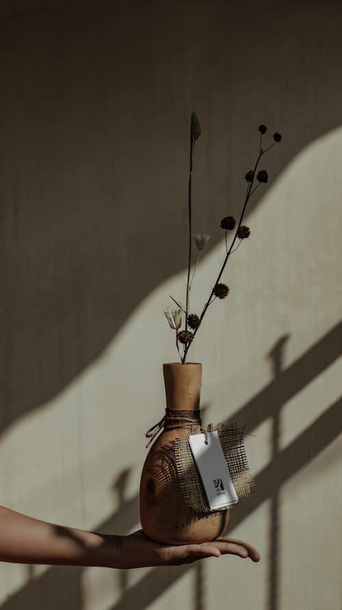 Vas Keramik Coklat Dengan Bunga