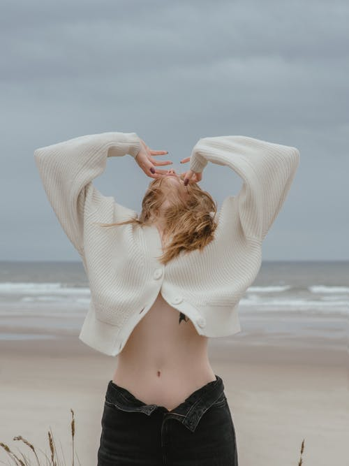 Mujer Sensual Irreconocible Con El Vientre Desnudo En La Playa Del Mar