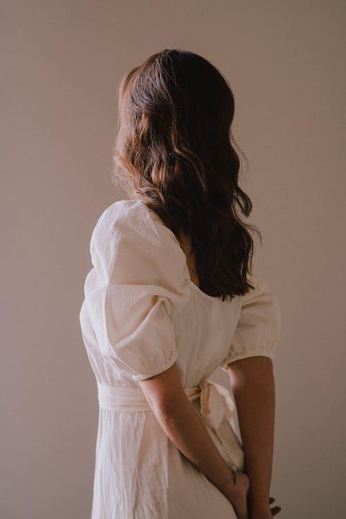 Bez Twarzy Stylowa Kobieta Stojąca Z Rękami Za Plecami
