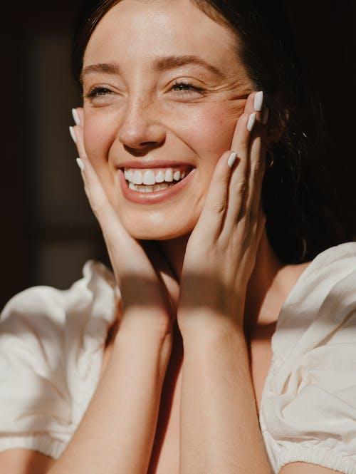 Người Phụ Nữ Mỉm Cười Trong Chiếc Váy Trắng