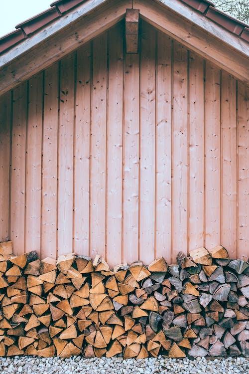 Деревянный дом с сухими бревнами на поверхности