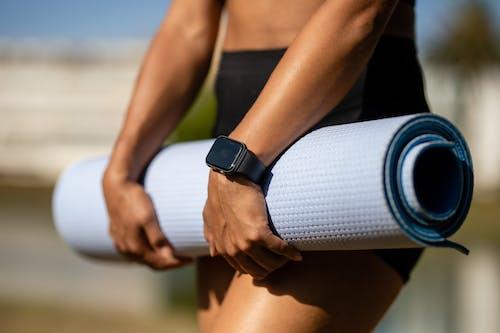 Kostenloses Stock Foto zu apple watch, athlet, festhalten