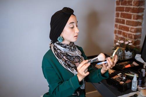 Donna In Camicia Viola A Maniche Lunghe E Hijab Bianco E Nero