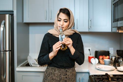Inhoud Arabische Vrouw Ruikende Olie In Fles In Keuken