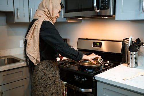 Gewas Etnische Vrouw Gieten Olie Op Pan