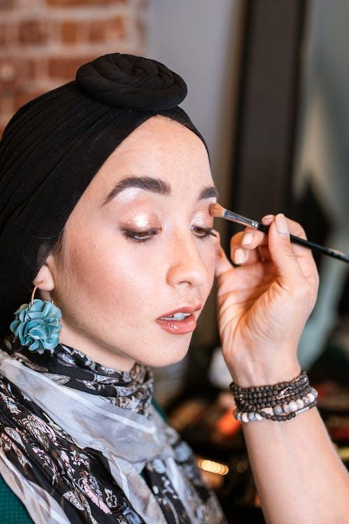 Femme En Hijab Noir Tenant Un Stylo Noir