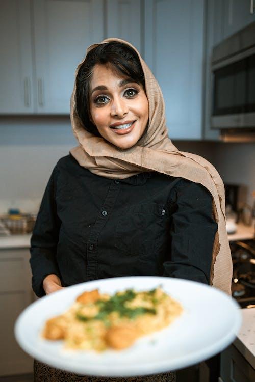 Mujer, En, Marrón, Hijab, Y, Chaqueta Negra, Sonriente