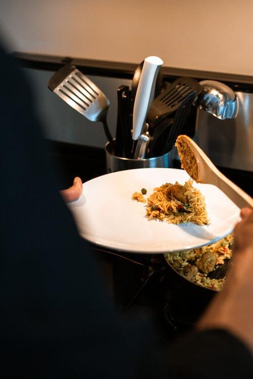 Persona Sosteniendo Tenedor Y Cuchillo Para Cortar Alimentos En Placa De Cerámica Blanca