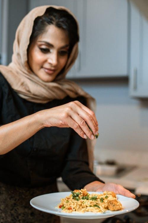 Donna In Camicia Nera Che Indossa L'hijab Marrone