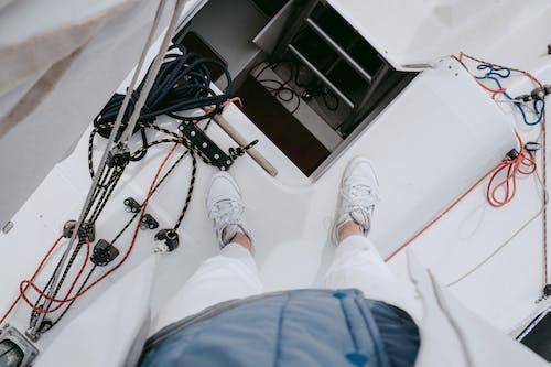 Mavi Pantolon Ve Beyaz Spor Ayakkabı Kişi