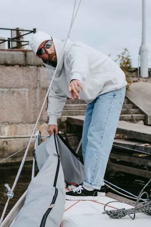 Mann Im Weißen Hemd Und In Den Blauen Jeans, Die Auf Grauen Betontreppen Stehen