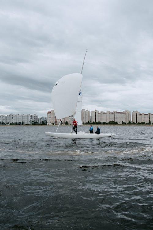 Leute, Die Auf Weißem Boot Auf See Reiten