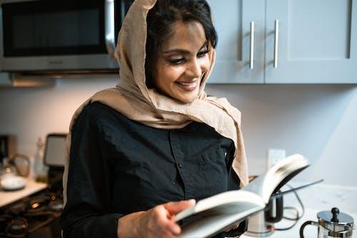 Vrouw Die In Bruine Hijab Witte Tabletcomputer Houdt