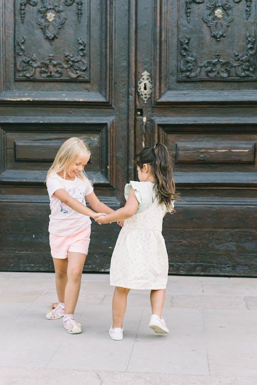 Kaldırımda Duran Beyaz Elbiseli 2 Kız