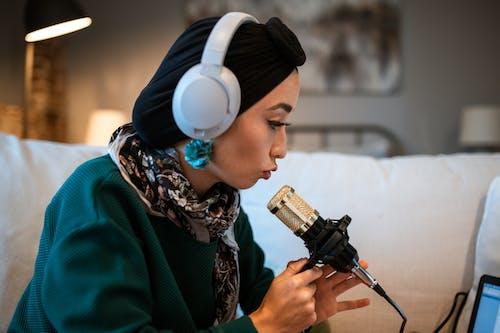 Darmowe zdjęcie z galerii z audycja internetowa, białe słuchawki, bloger, blogowanie