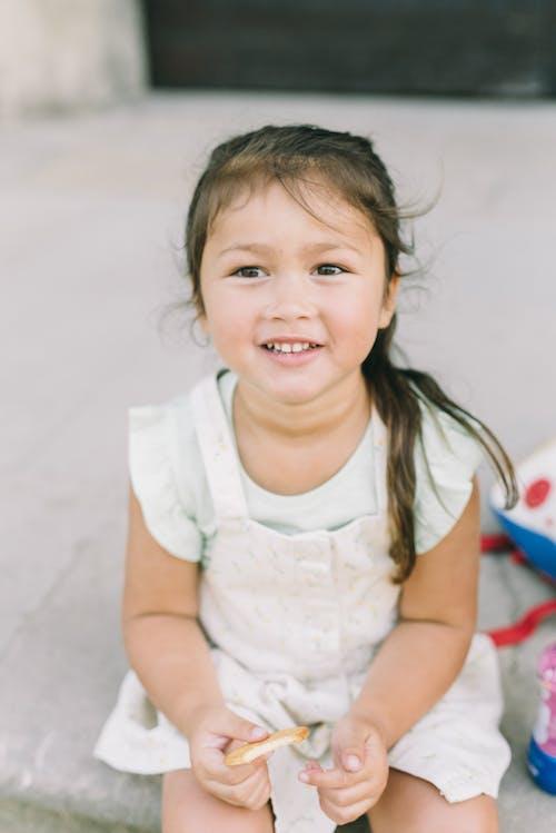 白いシャツの笑顔の女の子