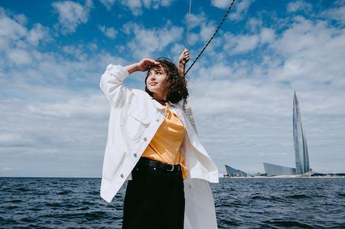 Wanita Berkemeja Putih Lengan Panjang Dan Rok Hitam Berdiri Di Tepi Laut