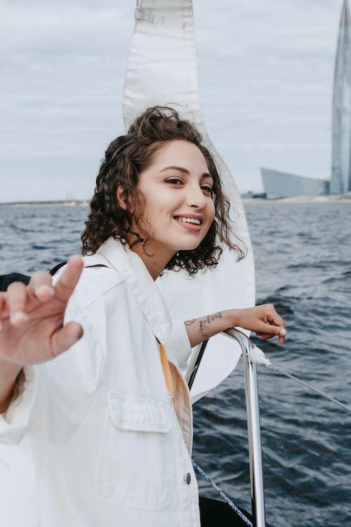 Mulher Em Camisa De Manga Comprida Branca No Barco