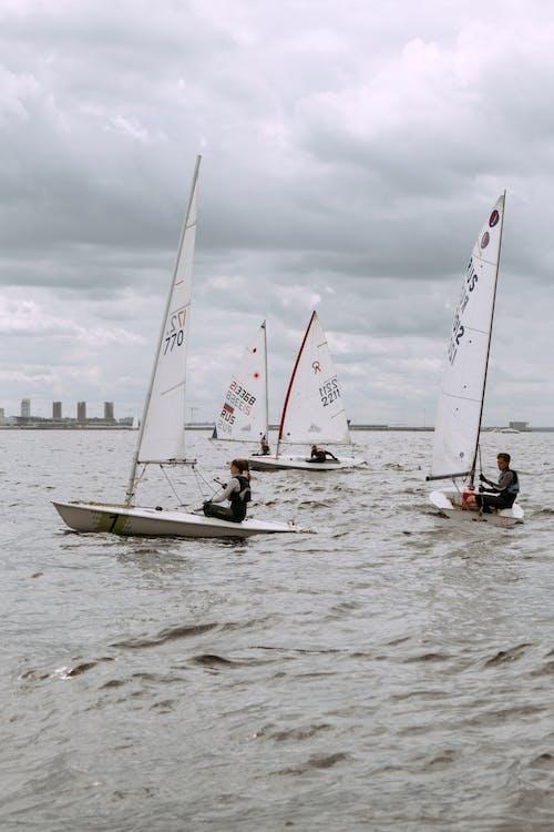 Pessoas Andando De Barco No Mar