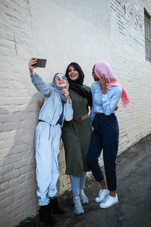 3 Frauen Stehen Und Machen Ein Selfie