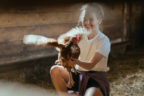 Gratis stockfoto met blanke vrouw, blijdschap, geluk