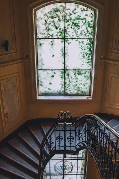 Escalera Junto A La Ventana Con Muntin En Antigua Casa Clásica