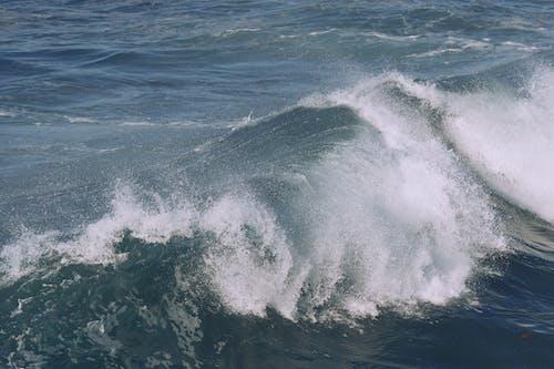Бурный океан с брызгами пенистой струи воды