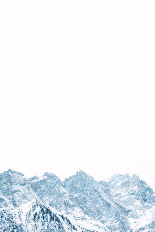 Ruvido Supporto Innevato Sotto Il Cielo Bianco In Inverno