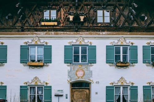 Exterior De La Casa Antigua Con Muro Ornamental En La Ciudad
