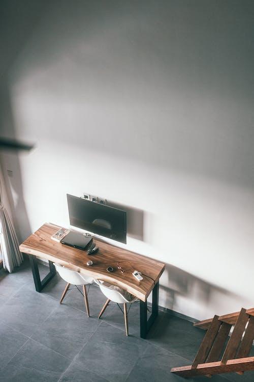 Chambre Avec Tv Accrochée Au Mur Au Dessus De La Table Avec Des Gadgets