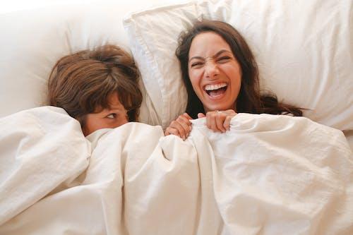 Frau Liegend Auf Bett Bedeckt Mit Weißer Decke
