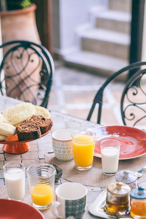 おいしい朝食用の食事を提供するテーブル