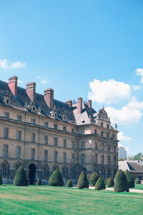 老宫殿在草地上的外观