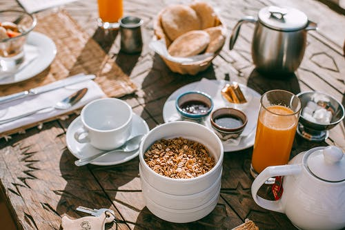 Mesa Servida Com Café Da Manhã Na Rua