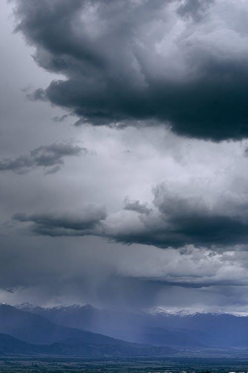 Cielo Cupo Sopra I Monti Innevati Nella Nebbia