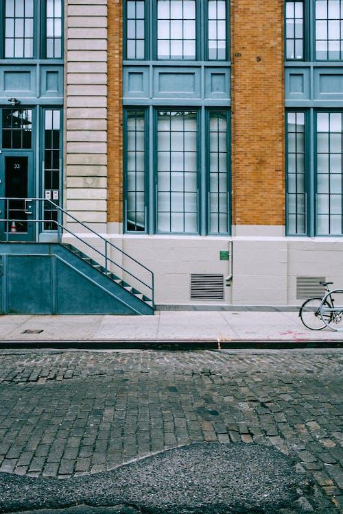 Fachada De Edificio Moderno Con Escalera Cerca Del Pavimento De Adoquines
