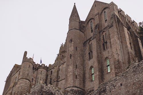 Gri Gökyüzü Karşı Tuğla Gotik Manastır Kalesi
